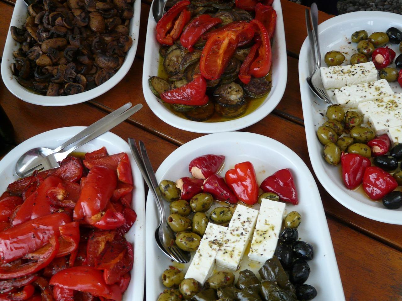 Eingelegte Paprika passt sehr gut zu Feta, Oliven oder Pilzen und kann auch mit diesen gemeinsam eingelegt werden.