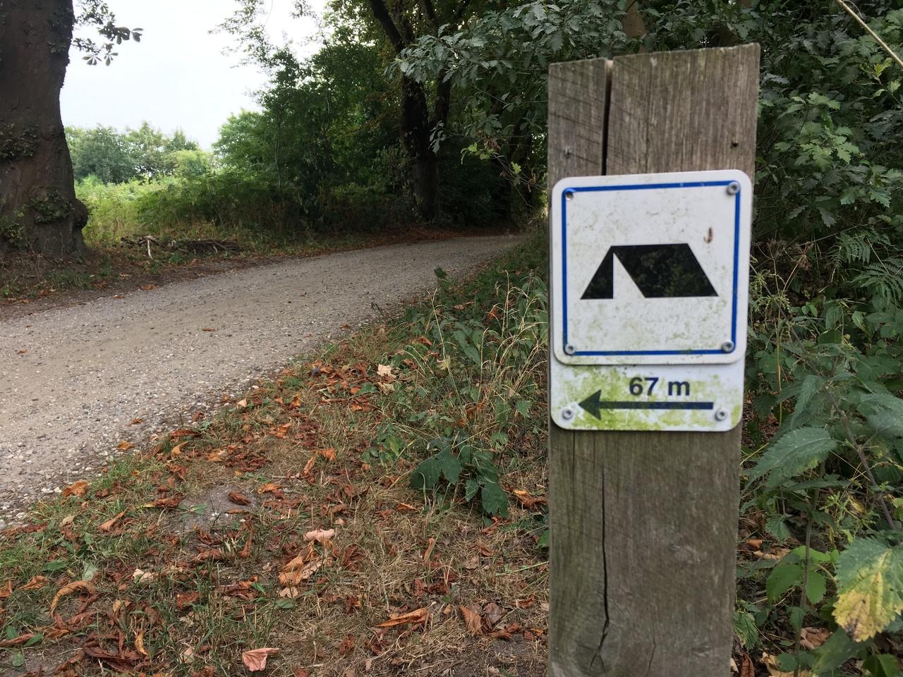 Folge in Dänemark diesen Schildern um wild zu campen.