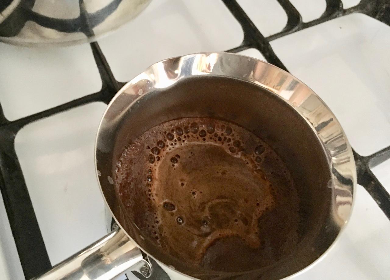Steigt der Kaffeeschaum auf, ist der türkische Kaffee fertig.