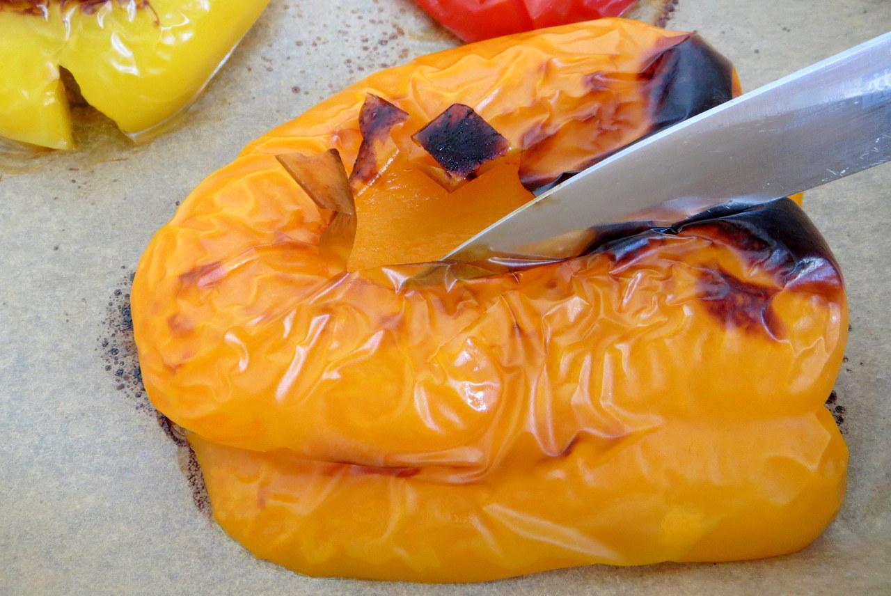 Von gerösteten Paprikas lässt sich die Haut ganz leicht abziehen.