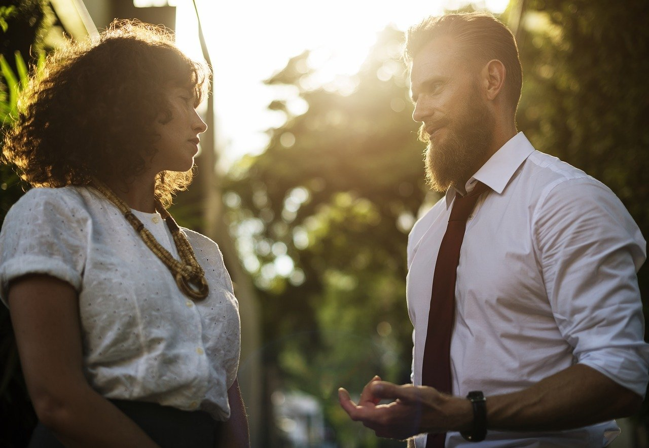 Aktiv Zuhören bedeutet sich auf das zu konzentrieren, was der andere sagt.