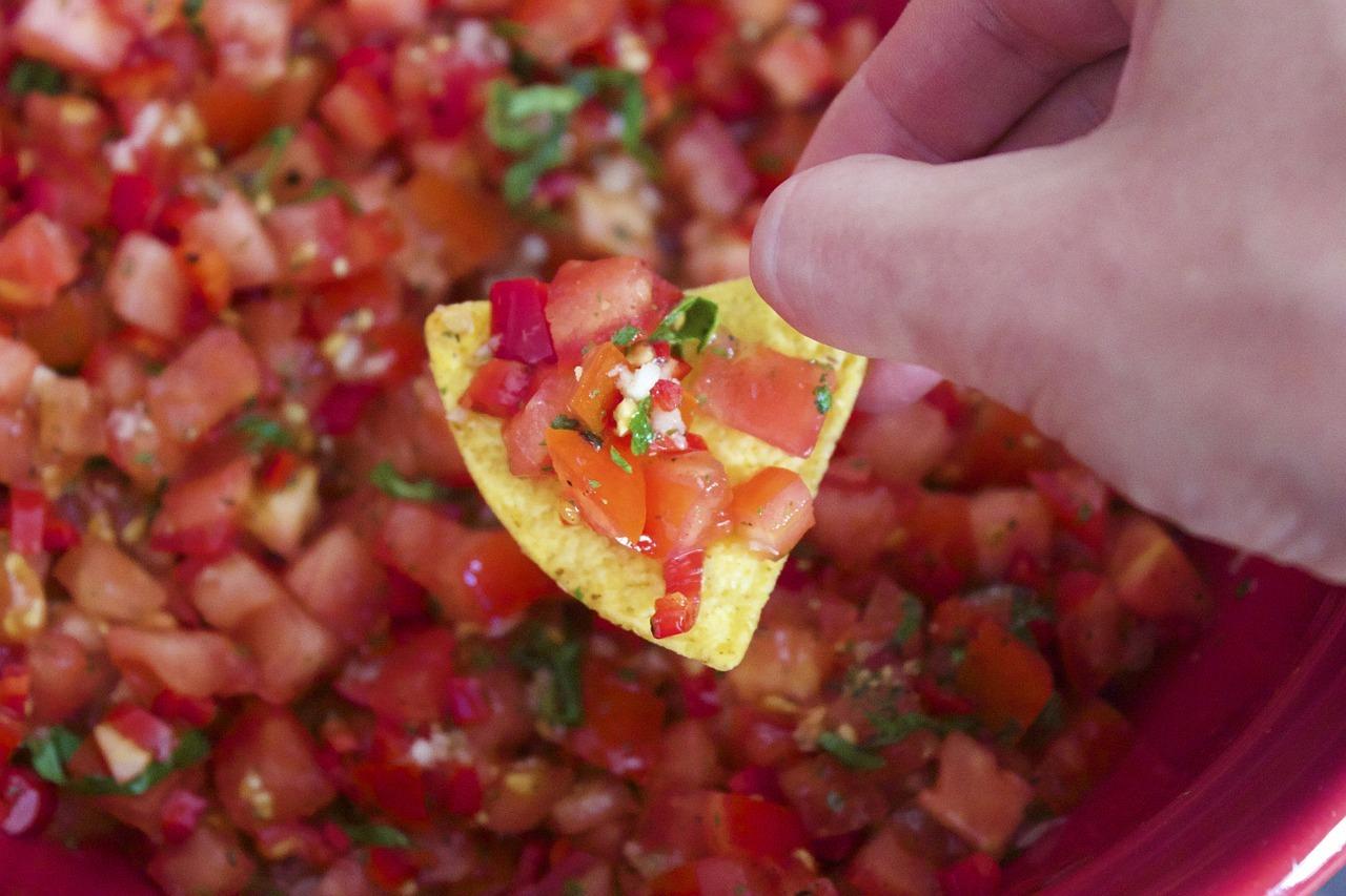 Eine mexikanische Salsa eignet sich gut als scharfer Dip zu Nachos und Tacos.