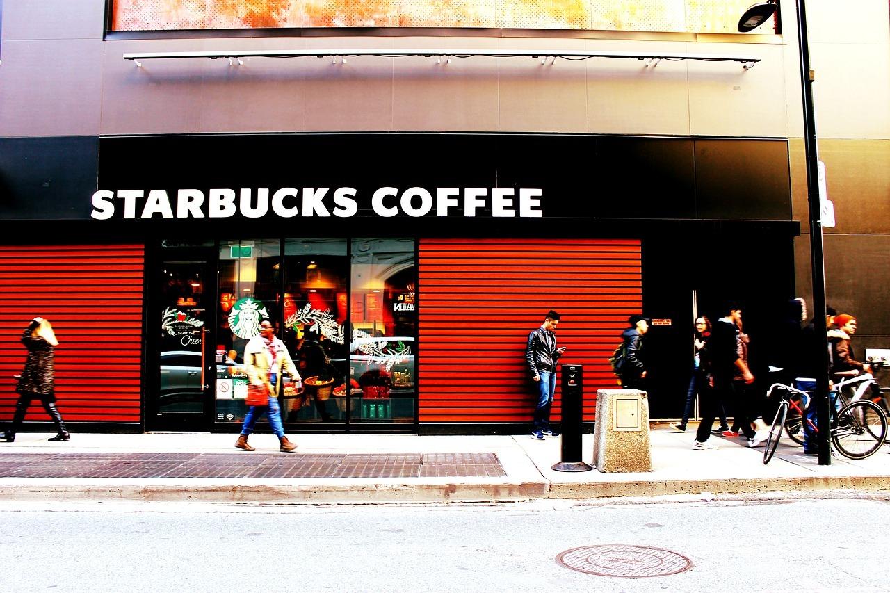 Starbucks Cafés finden sich nahezu überall an strategisch günstigen Straßenkreuzungen.