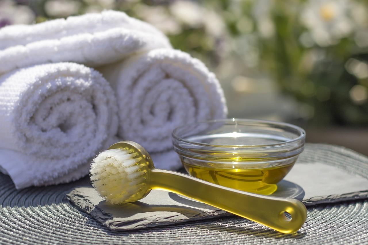 Massiere das Distelöl mit den Fingern oder mit einer weichen Bürste ein.