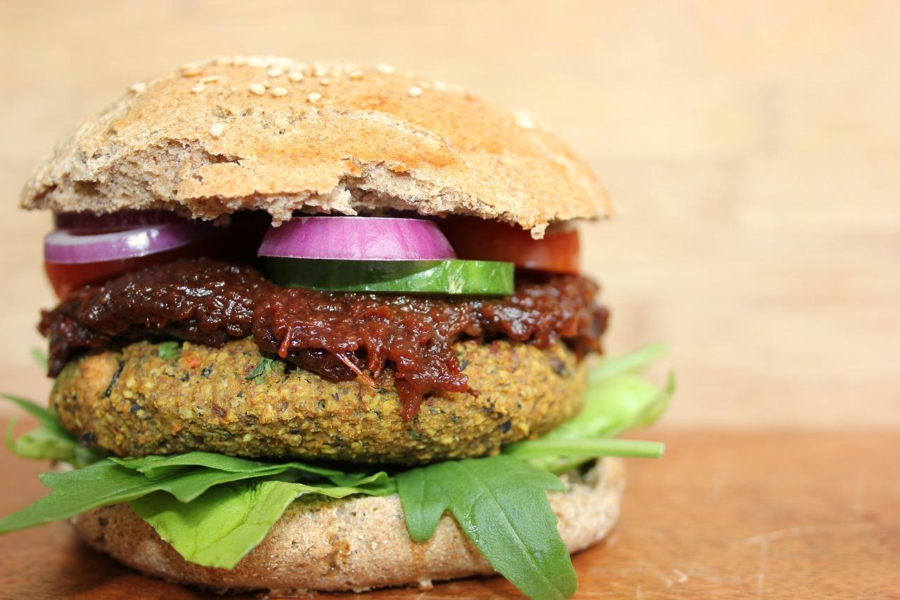 Wenn es um vegane Burger geht, hast du in Leipzig die Qual der Wahl! Verschiedenste Cafés und Restaurants haben vielfältige und leckere Variationen im Angebot!