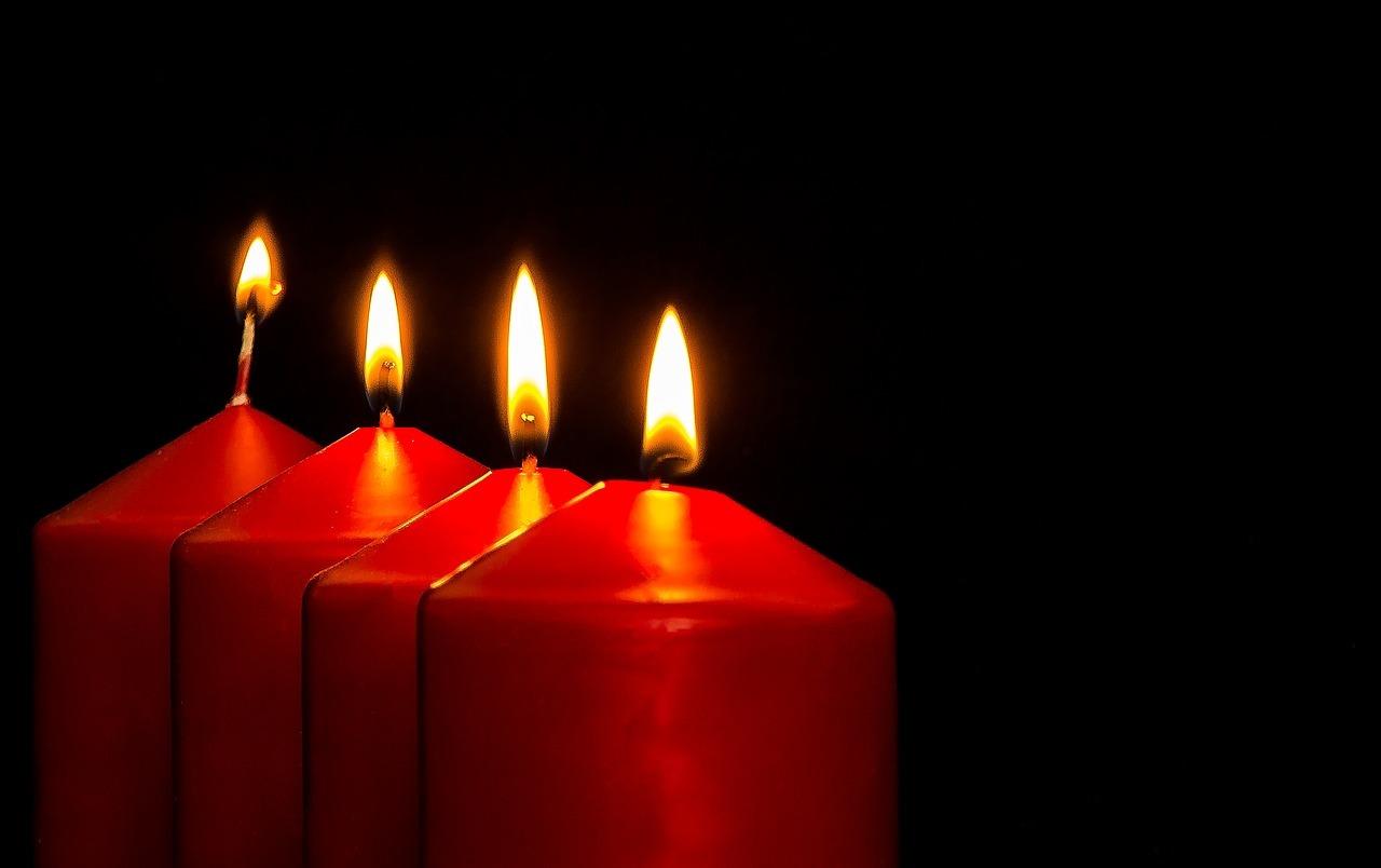 Beim Silvester Feiern kannst du Wachsreste aus dem Advent zum Wachsgießen nutzen.