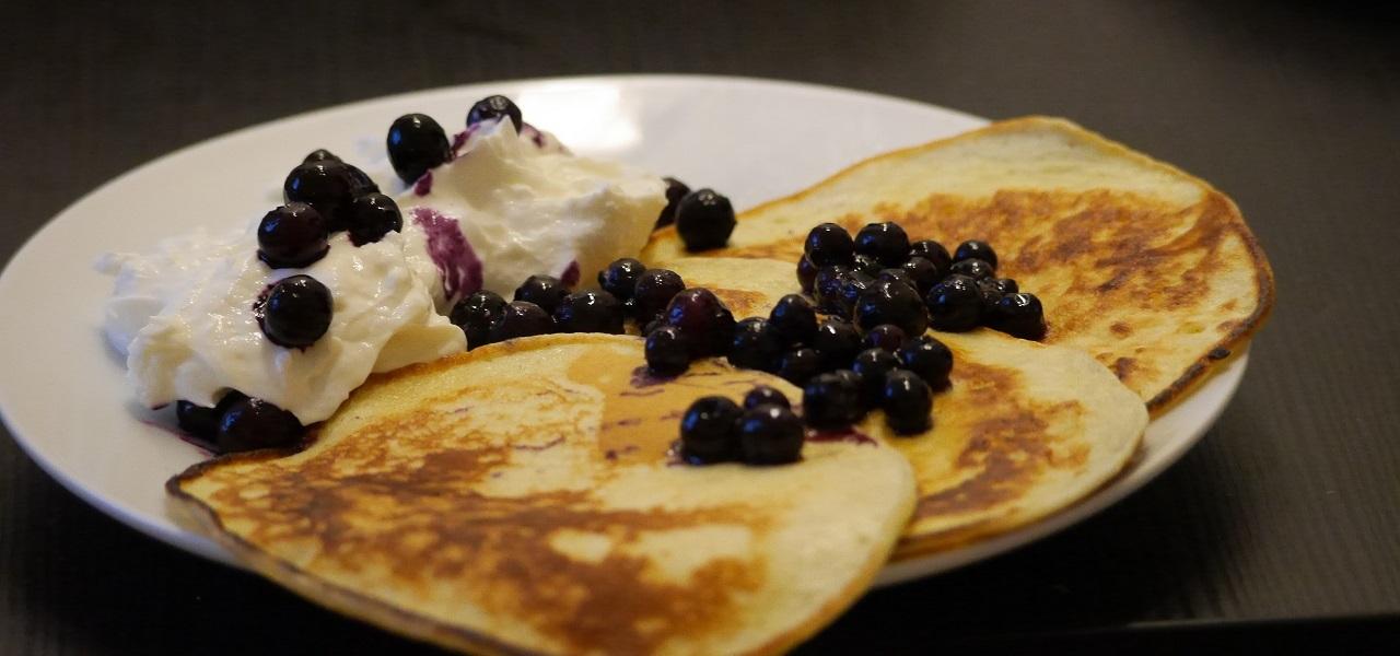 buttermilch pancakes einfaches rezept f r fluffige. Black Bedroom Furniture Sets. Home Design Ideas