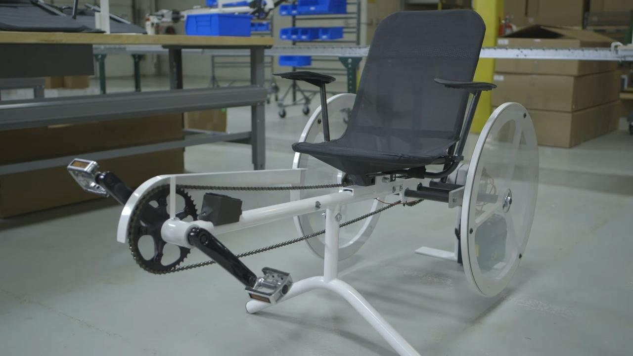 stromerzeugendes fitnessrad dieses sportger t produziert strom f r zuhause. Black Bedroom Furniture Sets. Home Design Ideas
