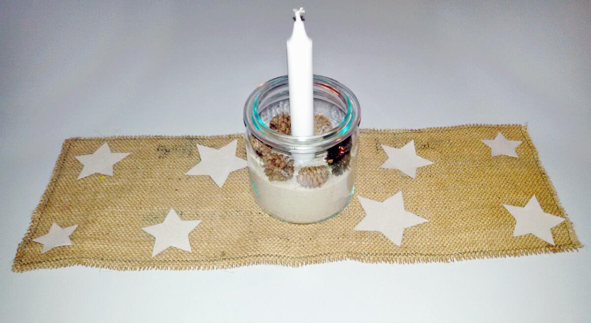 Die Kombination der Materialien gibt einen rustikalen, aber schicken Look für deine weihnachtliche Tischdekoration.