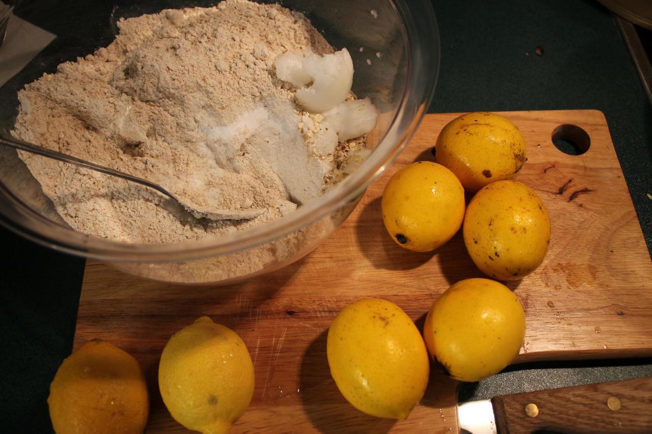 Die Zutaten für den veganen Zitronenkuchen sind einfach - mit guten Bio-Zitronen als geschmacksgebende Basis.