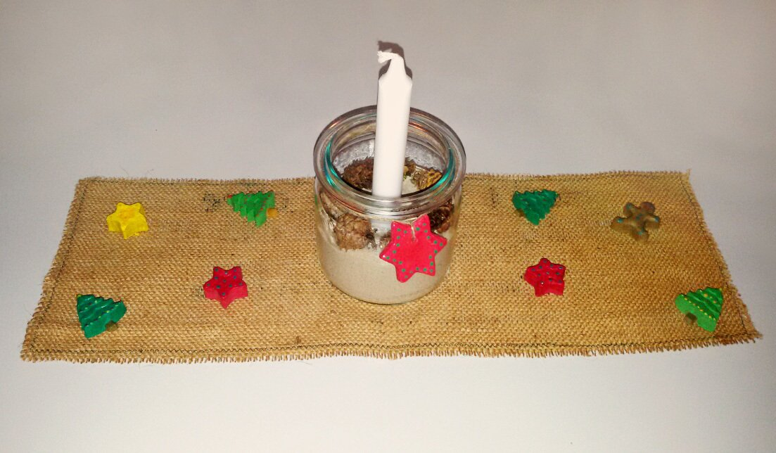 Du kannst den Läufer und die Kerze im Einmachglas gut mit Salzteigdekoration gestalten.