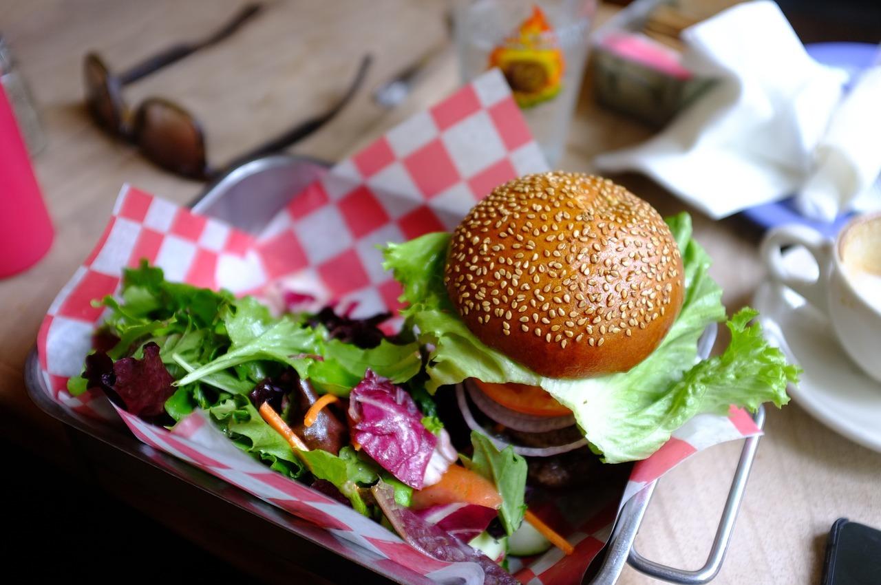 Mit etwas frischem Gemüse, einer leckeren Sauce und einem Vollkornbrötchen erhälst du eine gesunde und leckere Alternative zu herkömmlichen Fast-Food-Burgern!