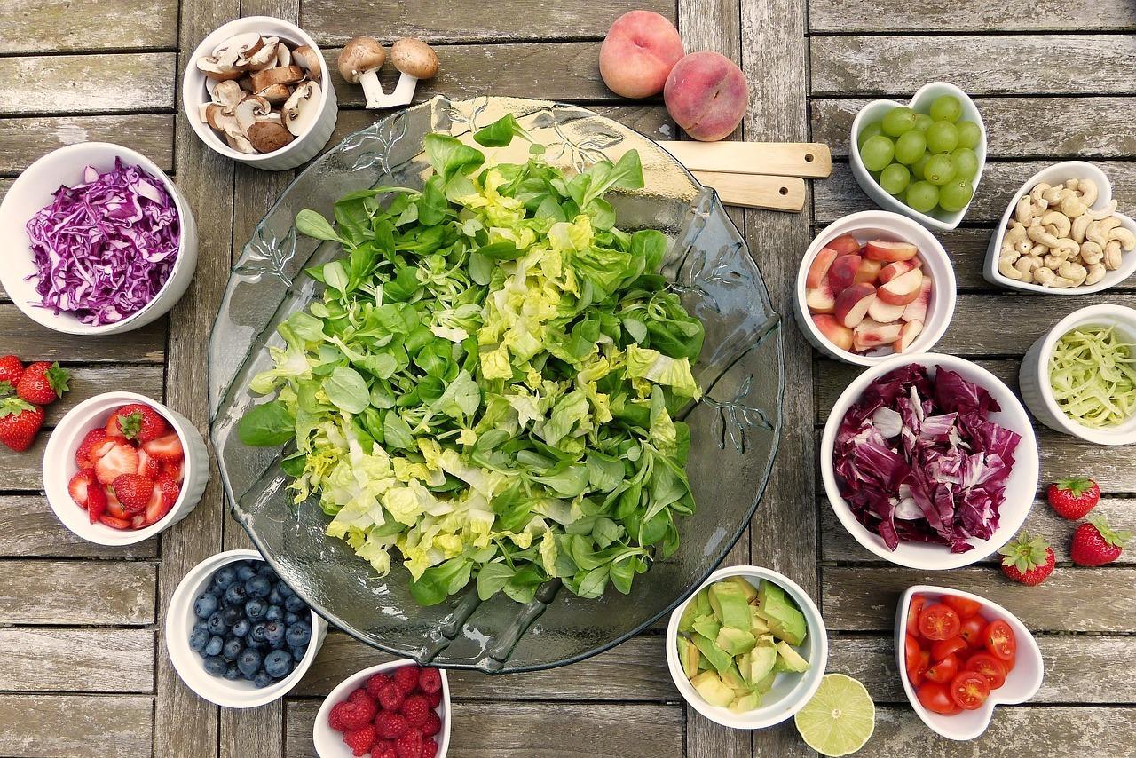 Rapsöl eignet sich kaltgepresst und raffiniert für den Salat.