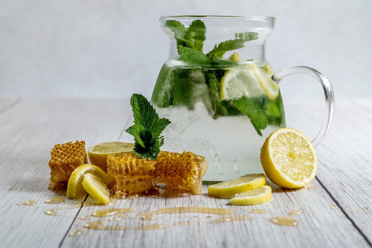 Eine heiße Zitrone braucht nicht mehr als Wasser, frische Zitronen und etwas Honig.