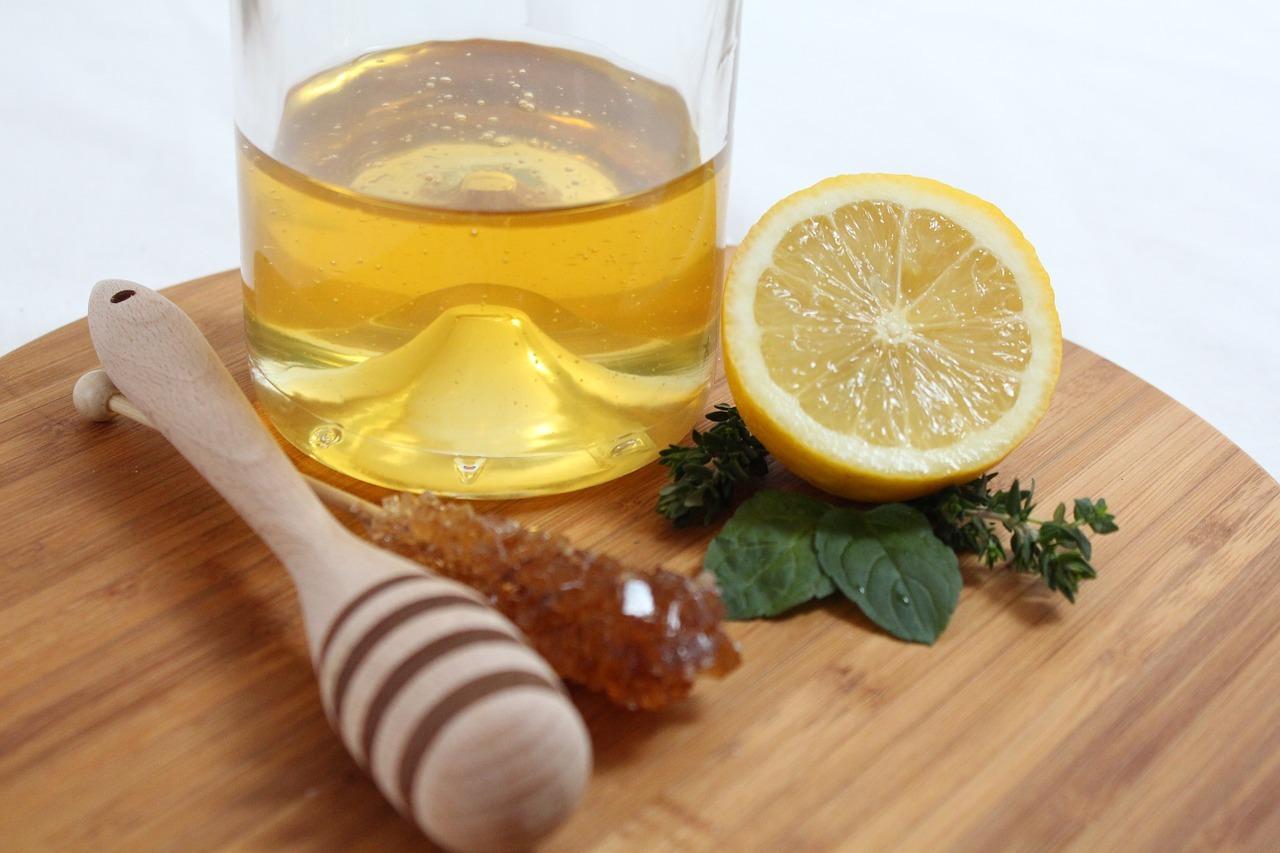 Honig und Zitrone haben beide gesundheitsfördernde Wirkungen.