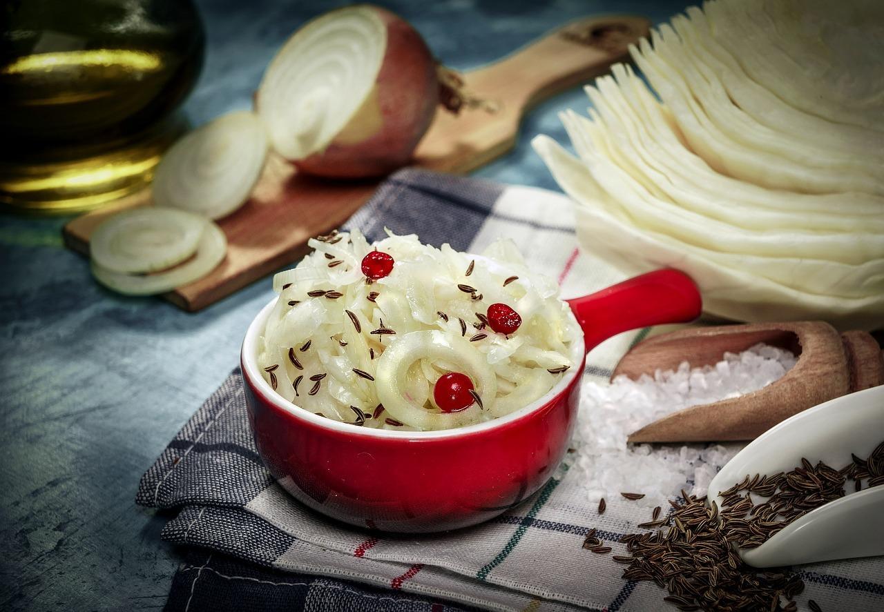 """Rohes Sauerkraut fördert die Bildung der """"guten"""" Bakterien in deinem Darm. Die gesunde Beilage kannst du leicht selbst herstellen."""