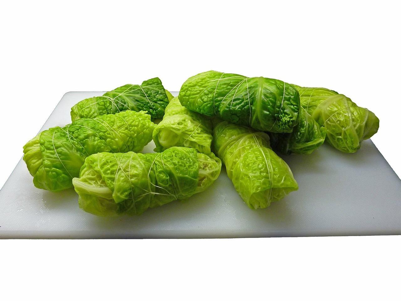 Ist kein Weißkohl erhältlich, kannst du auch die Blätter des Wirsing für die Rouladen verwenden.
