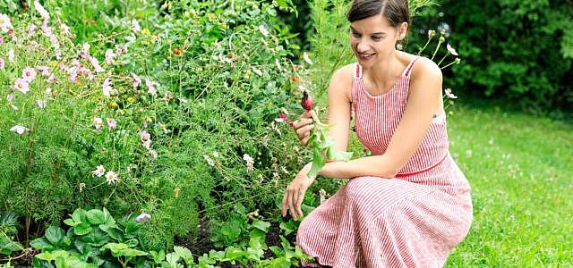 Silvia genießt die Zeit im Garten.