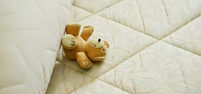 Matratze reinigen: Tipps und Hausmittel gegen Flecken ...