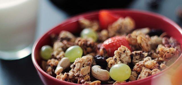 Glutenfreies Müsli kannst du mit frischen Früchten ergänzen