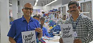 Fabrikmanager Amit (links) und Textilarbeiter Hasmukh (rechts) des indischen Textilunternehmens Purecotz ecolifestyles setzen sich seit Jahren für eine nachhaltige Produktion von Textilien ein.