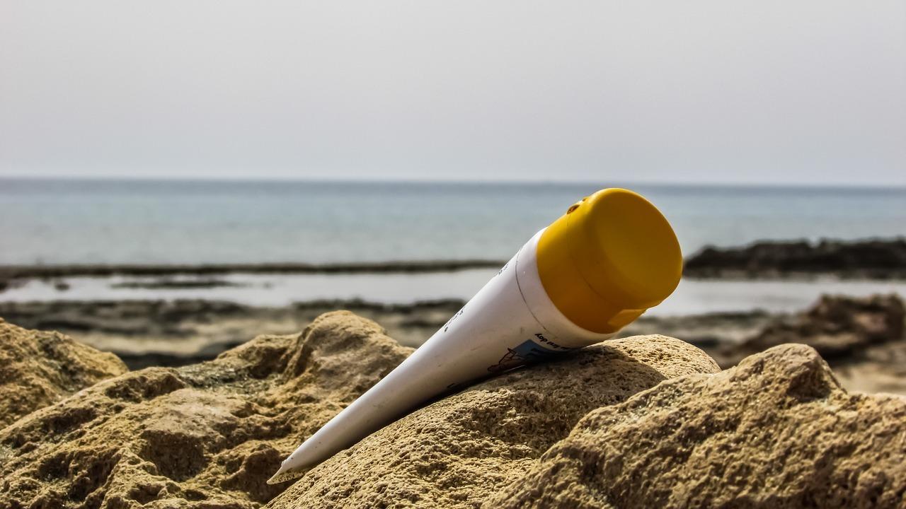 Gut gemocht Sonnencreme-Flecken entfernen: Damit wirst du die weißen Flecken TT32