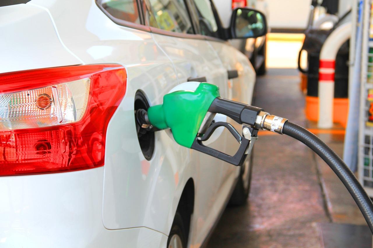Durch die CO2-Steuer kann Tanken teurer werden.