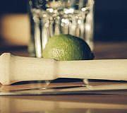 Caipirinhaglas, Limette und Stößel