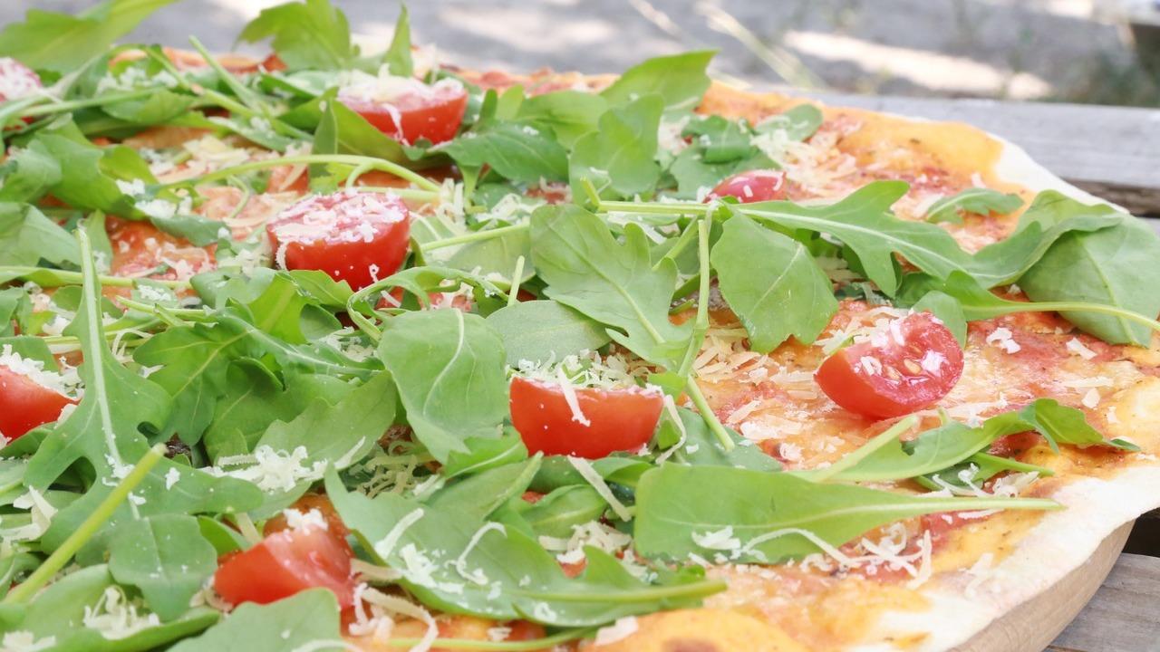 Low-Carb-Pizza: Rezept für Teig, Sauce und Belag