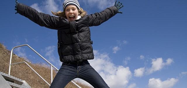 erkältung vorbeugen Frau springt