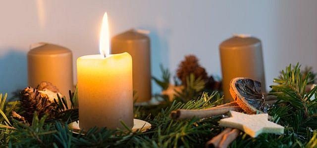 Adventskranz dekorieren