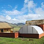 hessnatur Stiftung baut Unterkünfte für Alpaka Hirten