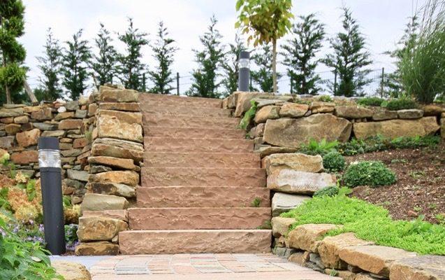 Treppe aus nachhaltigem Naturstein von toom
