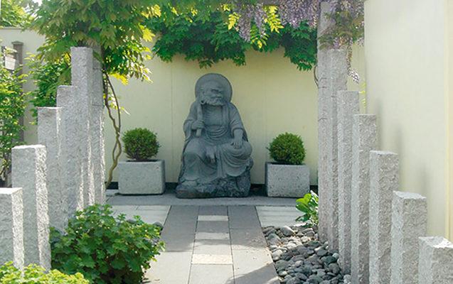 Säulen, Pflaster- und Kieselsteine aus nachhaltigem Naturstein