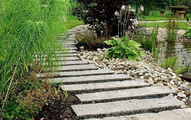 Wege im Garten mit nachhaltigem Naturstein pflastern